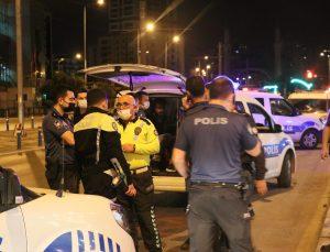 İzmir'de dur ihtarına uymayan otomobil kaza yaptı: 1 polis yaralı