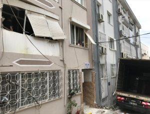 İzmir'de freni boşalan kamyon elektrik direğine ve apartmanlara çarptı