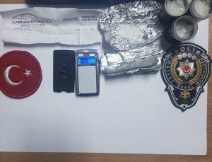 İzmir'de otomobilin altında gizlenmiş özel mıknatıslı kalemlik içerisinde uyuşturucu madde bulundu
