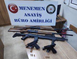 """İzmir'de polisin """"dur"""" ihtarına uymayan araç kaza yapınca şüpheliler yakalandı"""