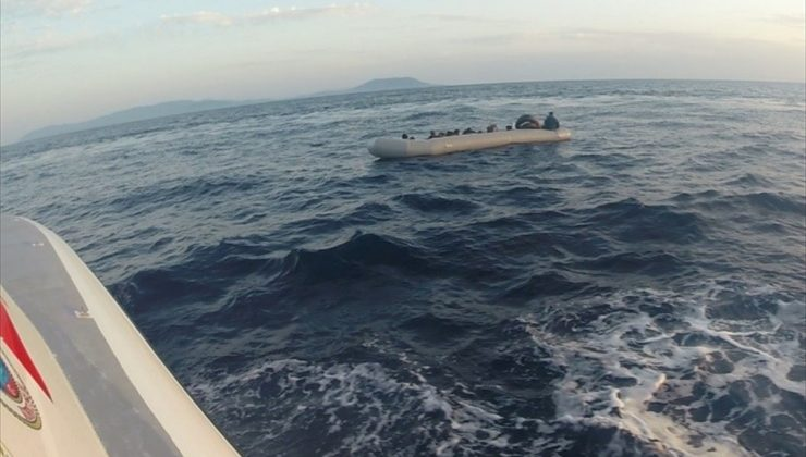 İzmir'de Türk kara sularına itilen 21 sığınmacı kurtarıldı