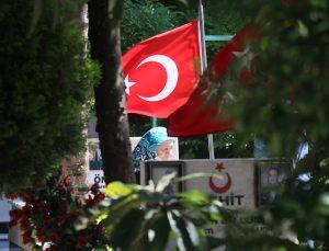 İzmir'deki şehit yakınları Kadifekale Hava Şehitliği'ndeki kabirleri ziyaret etti