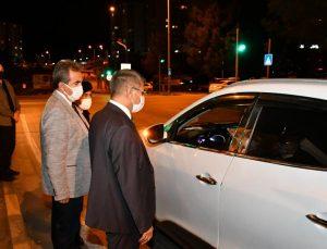 """Karabük Valisi Gürel """"tam kapanma"""" denetiminde sürücü ve yolcuların izin belgelerini kontrol etti"""