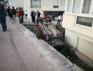 Karabük'te bir kamyonet apartman bahçesine düştü