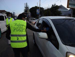 Kenyalı gönüllüler ramazan boyunca trafikte kalan sürücülere iftar için hurma ve su dağıttı