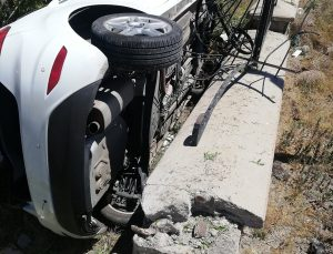 Konya'da devrilen araçtaki anne ve iki kızı yaralandı