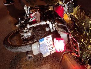 """Manisa'da """"dur"""" ihtarına uymayan motosiklet sürücüsü ile arkadaşı polis aracına çarpınca yakalandı"""