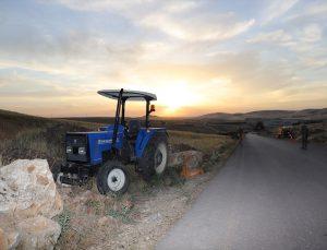 Mardin'de seyir halindeki traktörden düşen sürücü öldü