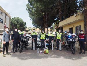 Nazilli'de jandarma ekipleri kısıtlama nedeniyle beslenemeyen sokak hayvanları için proje başlattı