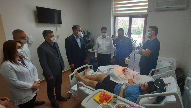 Sağlık-Sen Genel Başkanı Durmuş, hastanın bıçaklı saldırısına uğrayan doktoru hastanede ziyaret etti