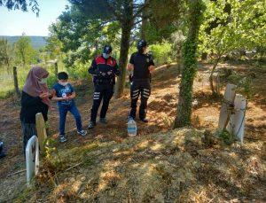 Sakarya'da 10 yaşındaki çocuk, polis ağabeyleri sayesinde annesinin mezarını ziyaret etti