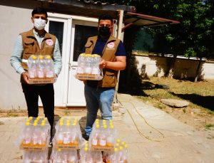 Sarıgöl'de kiraz üreticisine sirke sineğiyle mücadele için elma sirkeli pet şişe dağıtıldı