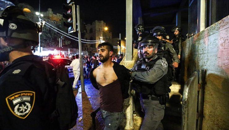 İsrail polisi işgal altındaki Doğu Kudüs'ün Şam Kapısı'nda toplanan Filistinlilere ses bombalarıyla müdahale ediyor