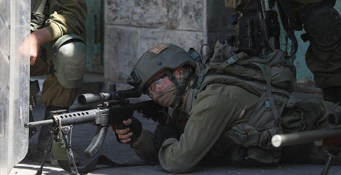 İsrail askerleri taş attığı iddiasıyla Batı Şeria'da Filistinli bir çocuğa ateş etti