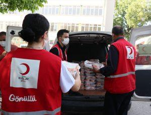 Türk Kızılay Karşıyaka Şubesi 2 bin kişiye iftar yemeği dağıttı