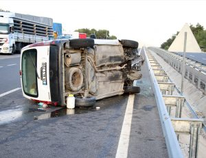 Uşak'ta hafif ticari araç devrildi: 3 yaralı