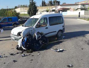 Uşak'ta hafif ticari araçla çarpışan motosikletin sürücüsü ağır yaralandı