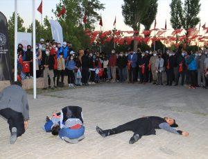 """Van'da 2 bin 500 Müslümanın katledildiği Zeve Şehitliği'nde """"Şafak Vakti"""" programı düzenlendi"""